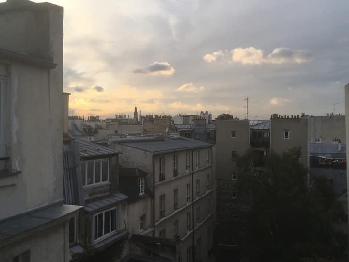 Light flat in Le Marais with a beautiful view