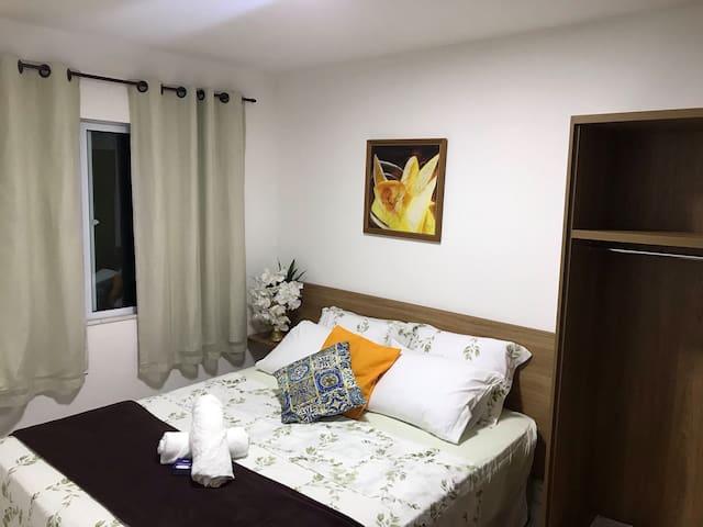 Primeiro Quarto - Com cama Queen Size,  suíte e ar condicionado.