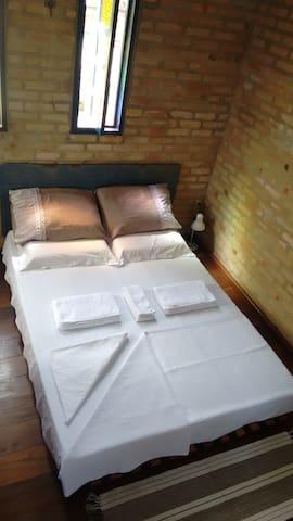"""Cama de casal, no 2º andar, tipo """"Tatame"""" sobre estrado reforçado de madeira envernizada, Roupa de cama e toalhas de ótima qualidade,"""