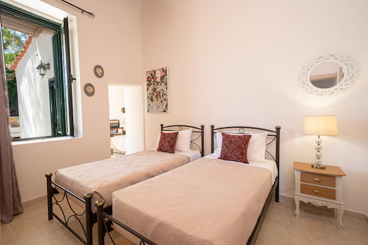 The second bedroom with 2 single beds.