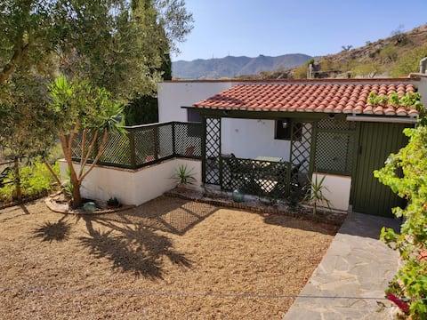 Casa  de campo con jardín privado y vistas a las montañas