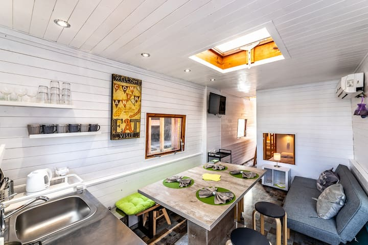 Comfy, spacious houseboat•7 guests•10 min centre