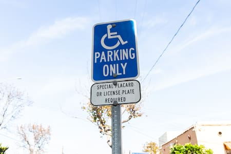 ที่จอดรถสำหรับคนพิการ