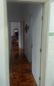 A área comum e interna da casa é plana, sendo possível se locomover entre os cômodos sem problemas.