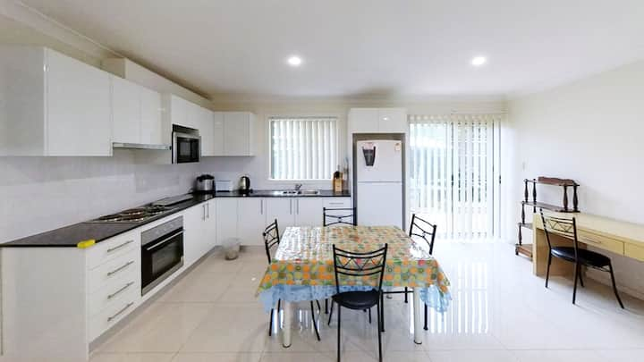 Spacious 2Br Flat @ Ryde-Close to Public Transport