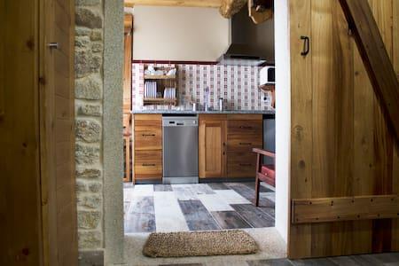 El acceso a la cocina-comedor o al baño es cómodo y amplio. Cabe perfectamente una sillas de ruedas ya que el espacio de las puertas es de 83 cm.