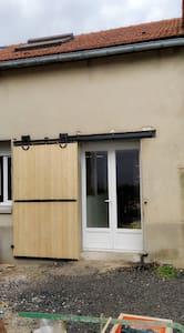 le logement bénéficie d'une porte fenêtre