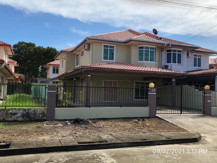 Bright & Cozy House in Sandakan