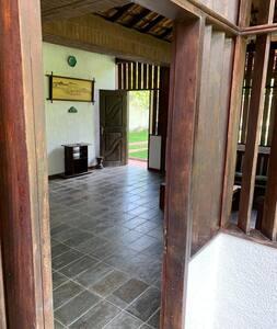 As duas entradas da casa são acessíveis para cadeirantes.