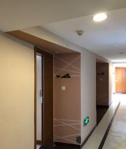 公寓门口设有走廊灯