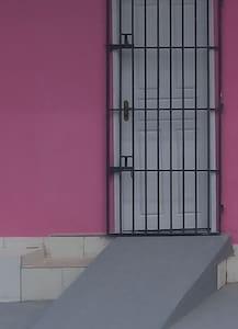 Sem escadas ou degraus na entrada, há uma rampa.