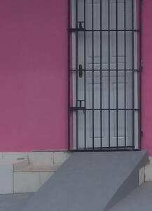 Sem escadas ou degraus para entrar, pois há uma rampa.