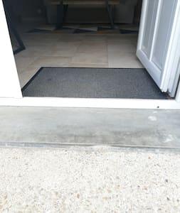 Uniquement un encadrement de porte. Environ 5 cm de hauteur.