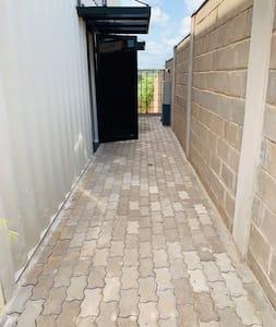 Широк вход за гости