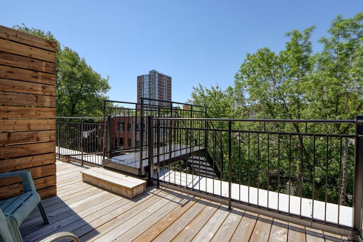 Heart of Montreal beautiful condo 3 terraces