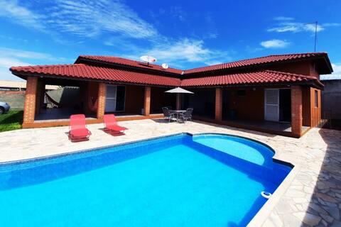 Tatuí'de sessiz bir apartman dairesinde havuzlu ev