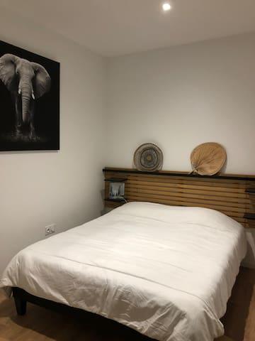 Chambre 2 - Lit 160X200 et placard coulissant - dressing