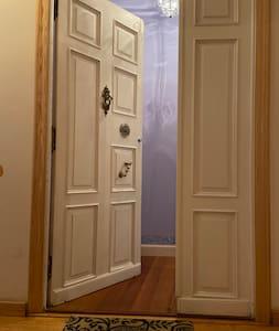 Entrada principal de la casa de 88 cm y si se abre la puerta lateral tiene un total de 120 cm. La puerta tiene un pequeño peldaño de 4 cm