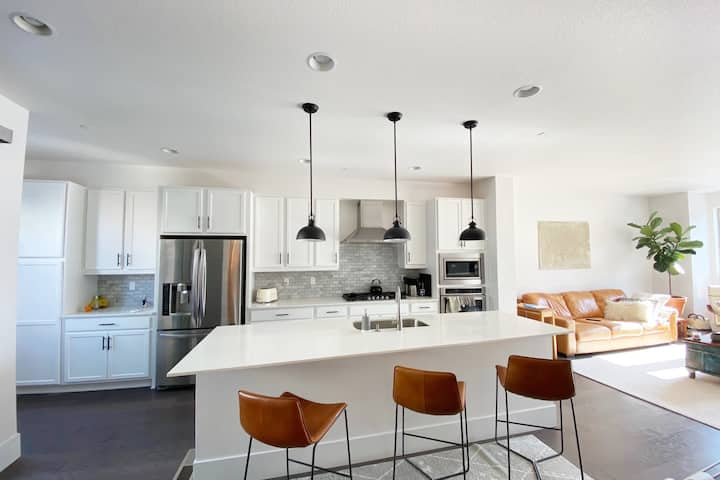 New bright and airy, luxurious- chic town-home
