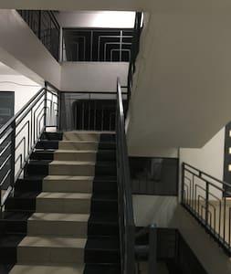 Acceso iluminado a la entrada