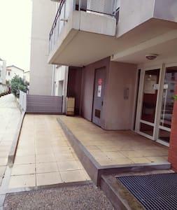 Rampe d'accès pour fauteuil roulant à l'entrée de l'immeuble