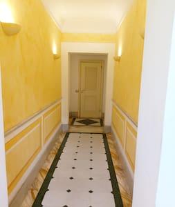 Per accedere all'ingresso del palazzo ci sono 2 gradini