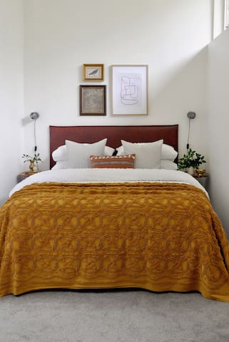Reverse Air-conditioner room with Queen bed and electric blankets