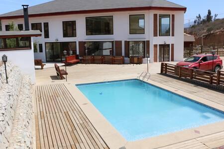 Te vajas del auto y está todo a nivel. Incluso la piscina está a nivel de la casa. También todas las terrazas.