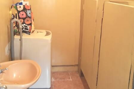 contamos con 4 baños y 2 duchas
