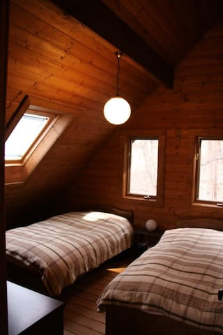 寝室には、シングルベッドが2台。