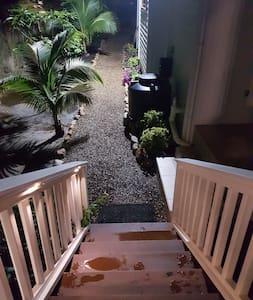 Dobře osvětlený chodník ke vchodu