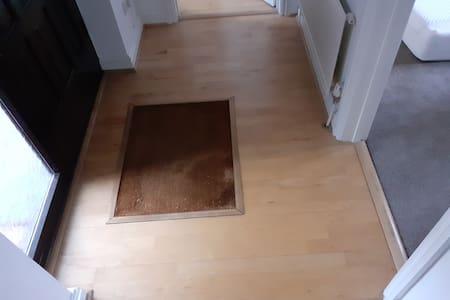 Brak stopni lub schodów przed wejściem