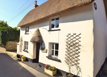 Romantic 17th Century thatched cottage