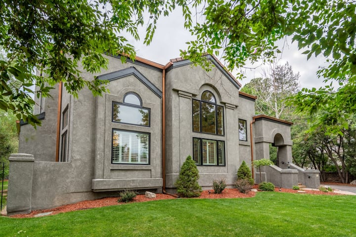 Beautiful Estate Just Steps from Broadmoor Hotel