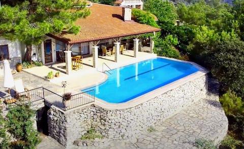 Luxurious mountain escape with sea views!