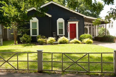 Cozy bungalow in historical district (sleeps 6)