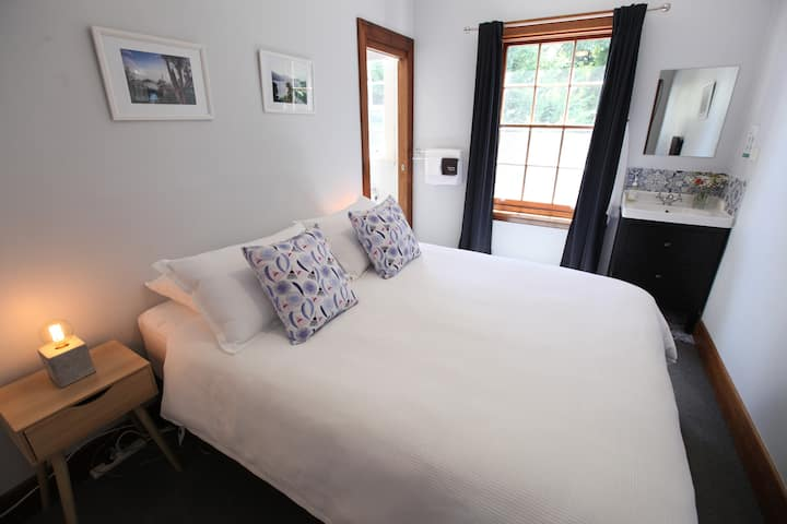 Explorers Lodge - Blue Gum Queen guest room