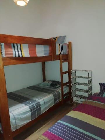 Habitación 3: cama simple + camarote (3 P.)