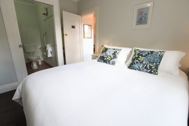 Explorers Lodge - Banksia guest room (Wheelchair accessible)