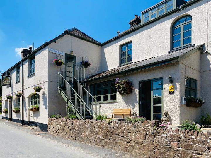 Luxury King en-suite Suite in 4* Royal Oak Inn