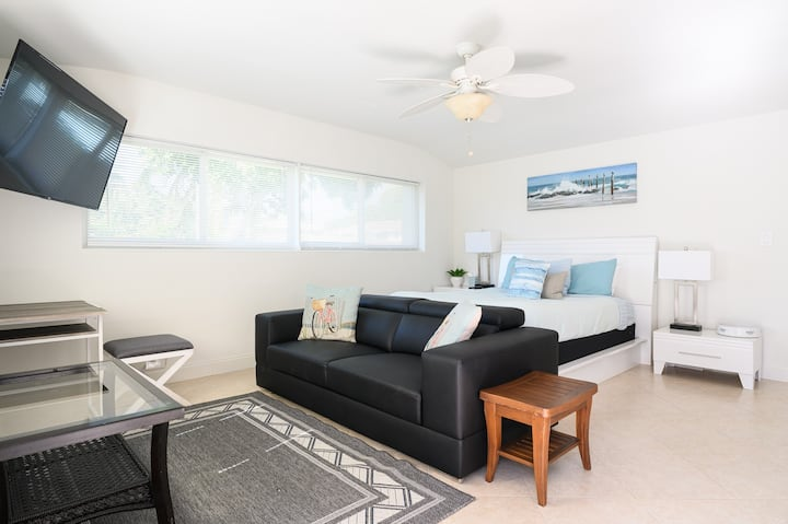 Renovated Studio 2 miles from the beach