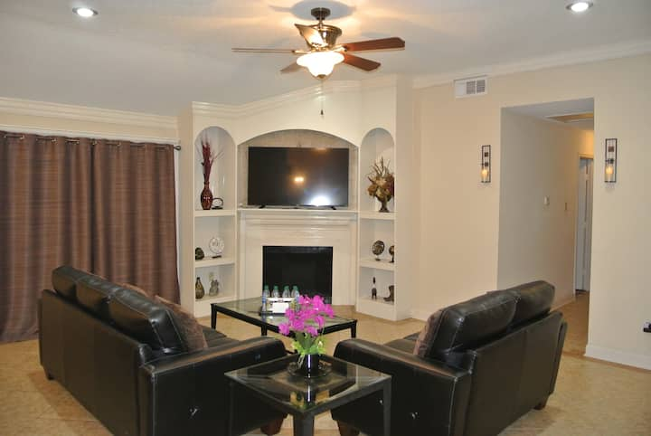 Newly Remodeled! Luxurious 4BR+2BA! 2King+3Queen!