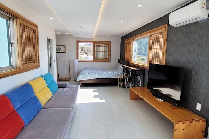 2층 1번방 입니다. 패밀리룸으로 소파 및 55인치 TV 가 있어요.