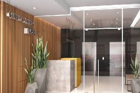 El ingreso está dispuesto para el fácil acceso al edificio, sin escalones.