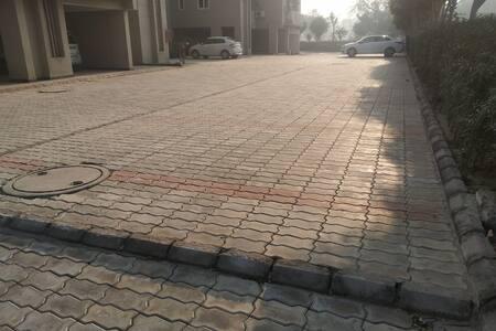 Gångväg utan nivåskillnader till entrén