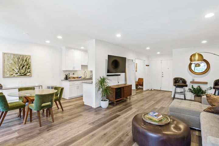 Private Room in Spacious Hollywood Hills Condo