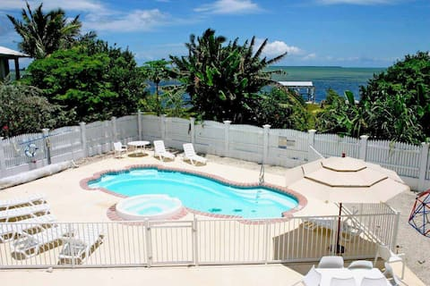 Schöner und privater Pool mit Blick auf den Atlantik
