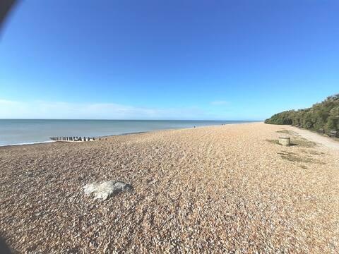 Beach Front Seaside Retreat. Free Wi-Fi & Parking.