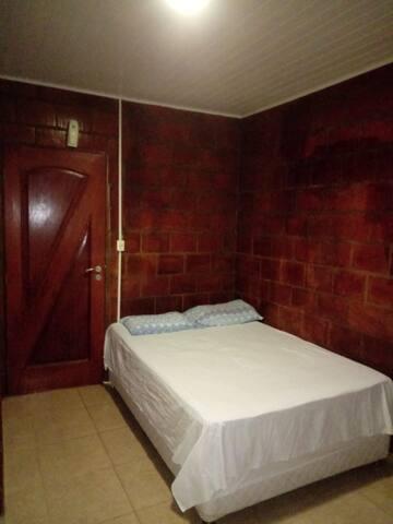 cama de casal nova, confortável, tudo limpo e bem agradável..
