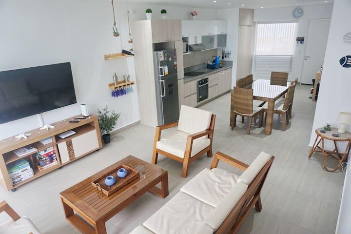 Depa: amplia área con sala (TV 55''),  balcón, comedor y cocina integradas.